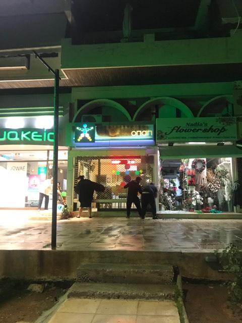 Άγνωστοι έσπασαν βιτρίνες καταστημάτων στην πλατεία Βούλας