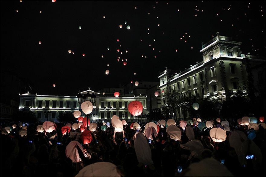 Το βράδυ της Τρίτης εκατοντάδες φαναράκια με ευχές γέμισαν τον Αθηναϊκό ουρανό