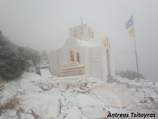 To εκκλησάκι του Προφήτη Ηλία στη Γλυφάδα, ντύθηκε στα λευκά