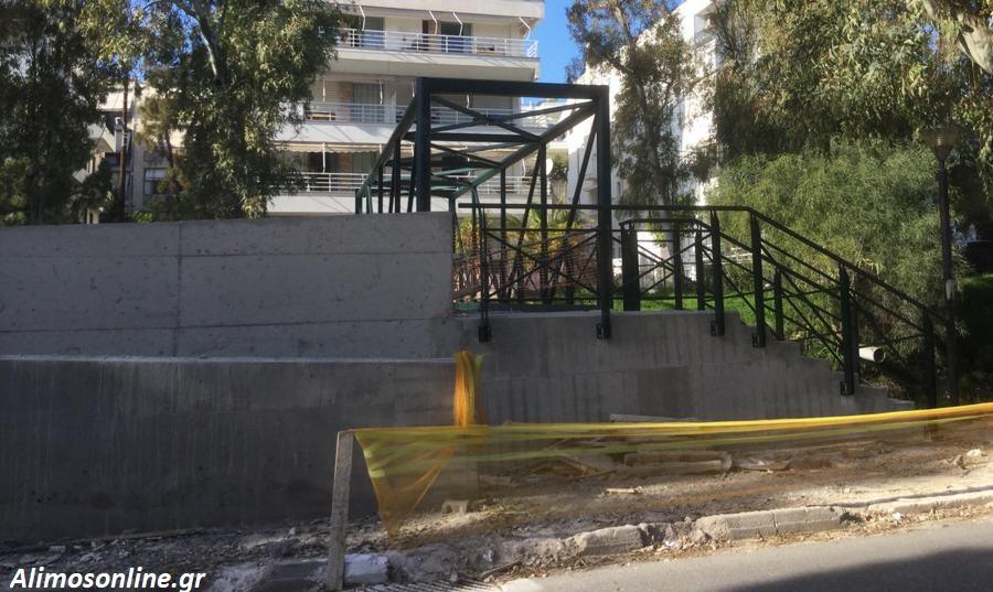 Συνεχίζονται οι εργασίες κατασκευής της πεζογέφυρας στο ρέμα της οδού Αγ. Δημητρίου