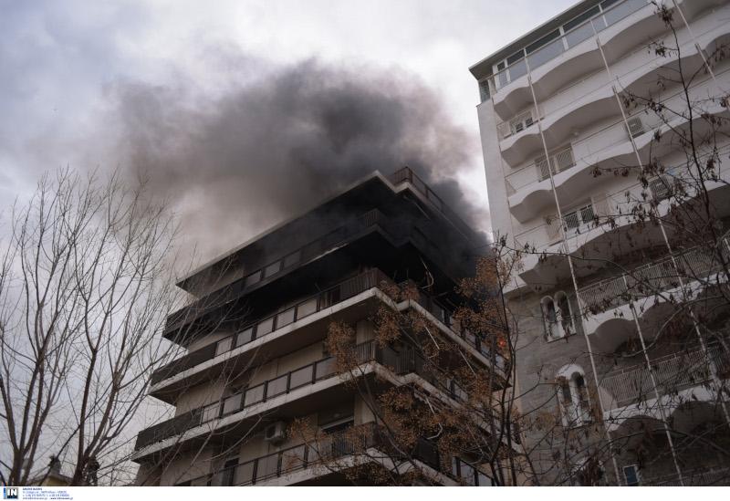 Μεγάλη φωτιά σε διαμέρισμα στο Παλαιό Φάληρο - Απεγκλωβίστηκαν δύο άτομα