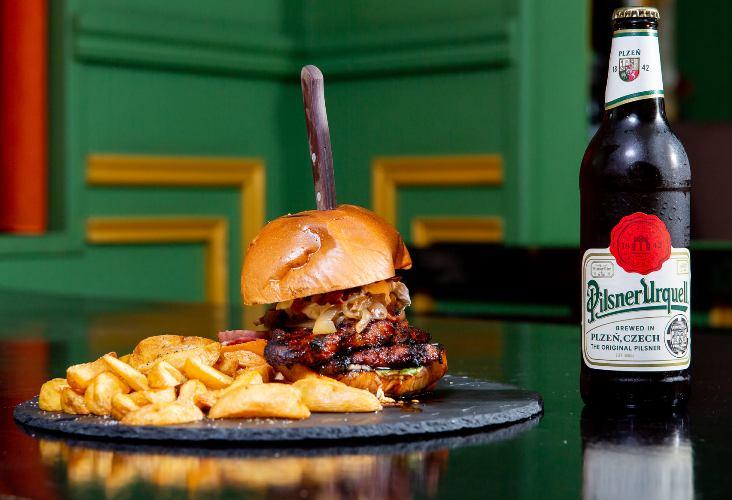 Τι θα έλεγες απόψε να παραγγείλεις κάποιο από τα ζουμερά burger της O' Canto Pub;