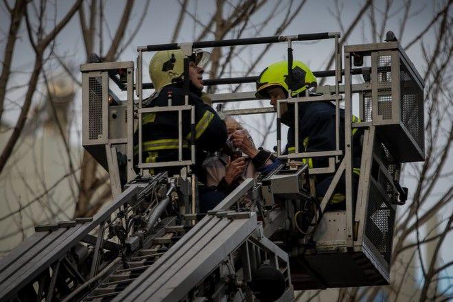 Με ελαφρά εγκαύματα και αναπνευστικά προβλήματα οι δύο ηλικιωμένες που απεγκλωβίστηκαν από το διαμέρισμα στο Παλαιό Φάληρο