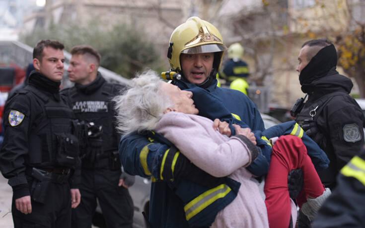 «Έβαλε φωτιά στο σπίτι της», η σοβαρή καταγγελία της ηλικιωμένης που απεγκλωβίστηκε το πρωί από τη φωτιά σε σπίτι στο Φάληρο