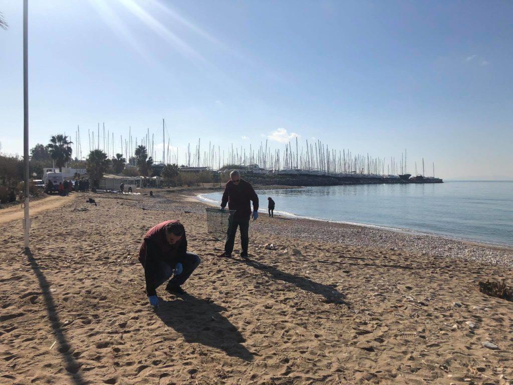 Ο Δήμαρχος Παλαιού Φαλήρου στέλνει το μήνυμα για καθαρές παραλίες δίνοντας το καλό παράδειγμα.