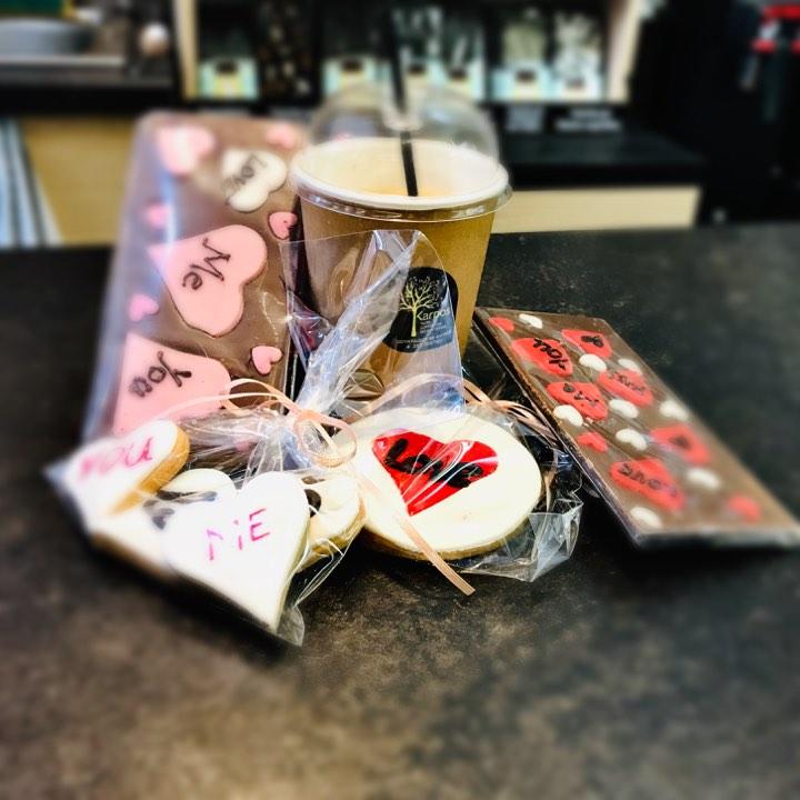 Karpos: Μάφιν και σοκολάτες με ιδιαίτερα μηνύματα συνοδεύουν με τον πιο «αγαπησιάρικο» τρόπο τον καφέ σου