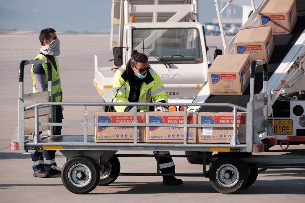 Κορωνοϊός: Έφτασαν στην Αθήνα 500.000 μάσκες από την Κίνα για τα ελληνικά νοσοκομεία