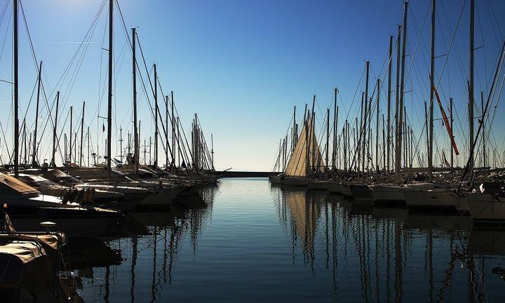 Προληπτικά σε καραντίνα είναι το σκάφος στην Μαρίνα Αλίμου