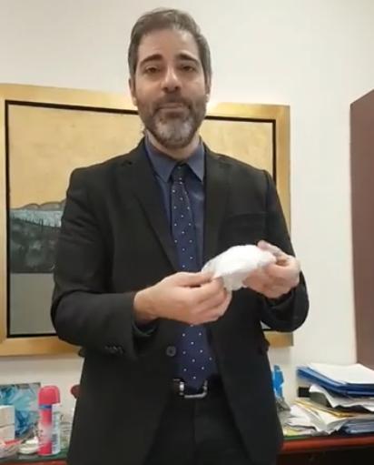 Ο Δήμαρχος Αλίμου Ανδρέας Κονδύλης, μας συμβουλεύει για τον σωστό τρόπο να αφαιρούμε τη μάσκα και τα γάντια