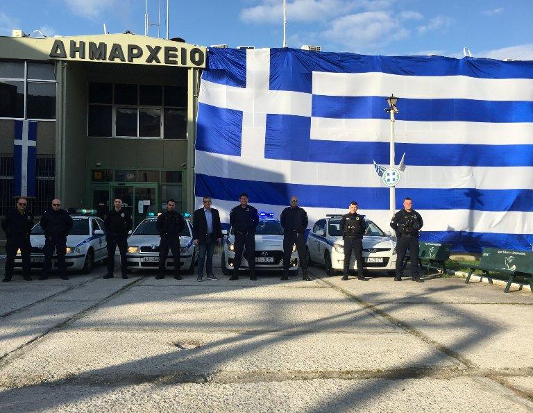 Η ελληνική σημαία 350τ.μ που «ντύνει» το Δημαρχείο Ελληνικού – Αργυρούπολης