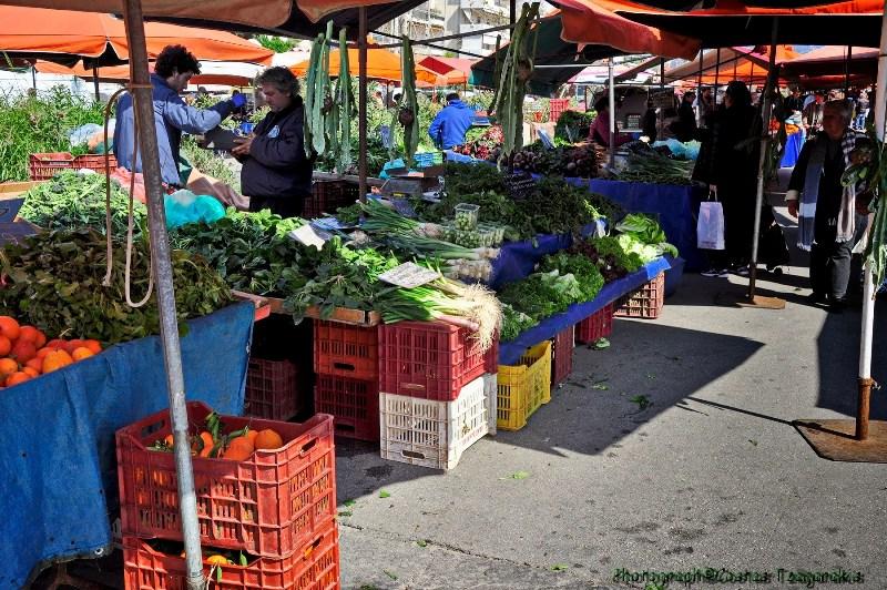 «Σπάνε στα δύο» οι λαϊκές αγορές λόγω κορωνοϊού