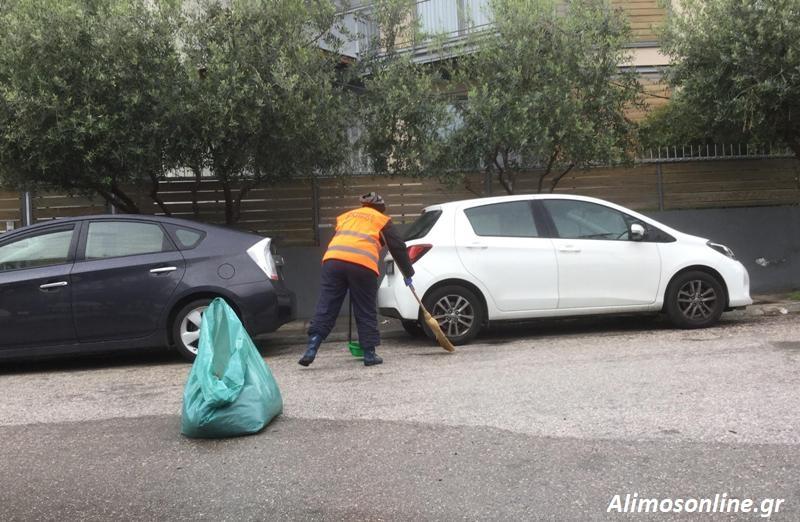 Οι υπάλληλοι της καθαριότητας συνεχίζουν και εν μέσω βροχής να φροντίζουν την πόλη μας