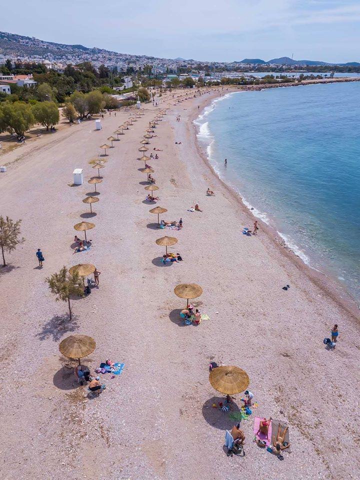 Με νέα άμμο και ομπρέλες σε αποστάσεις υποδέχεται το φετινό καλοκαίρι η παραλία Γλυφάδας