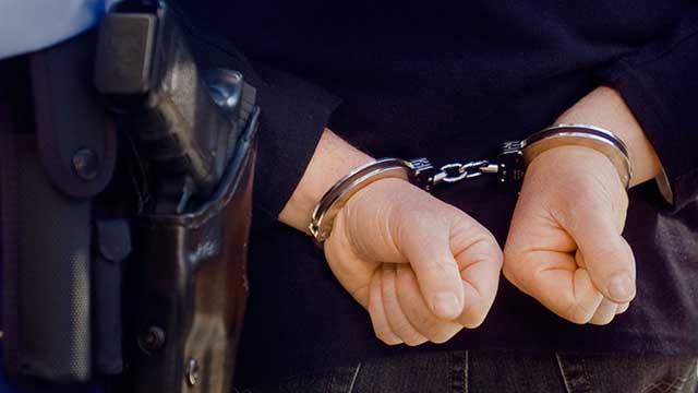 Συνελήφθησαν στο Ελληνικό τρία άτομα με 220 αφίσες στοχοποίησης αθλητικών δημοσιογράφων