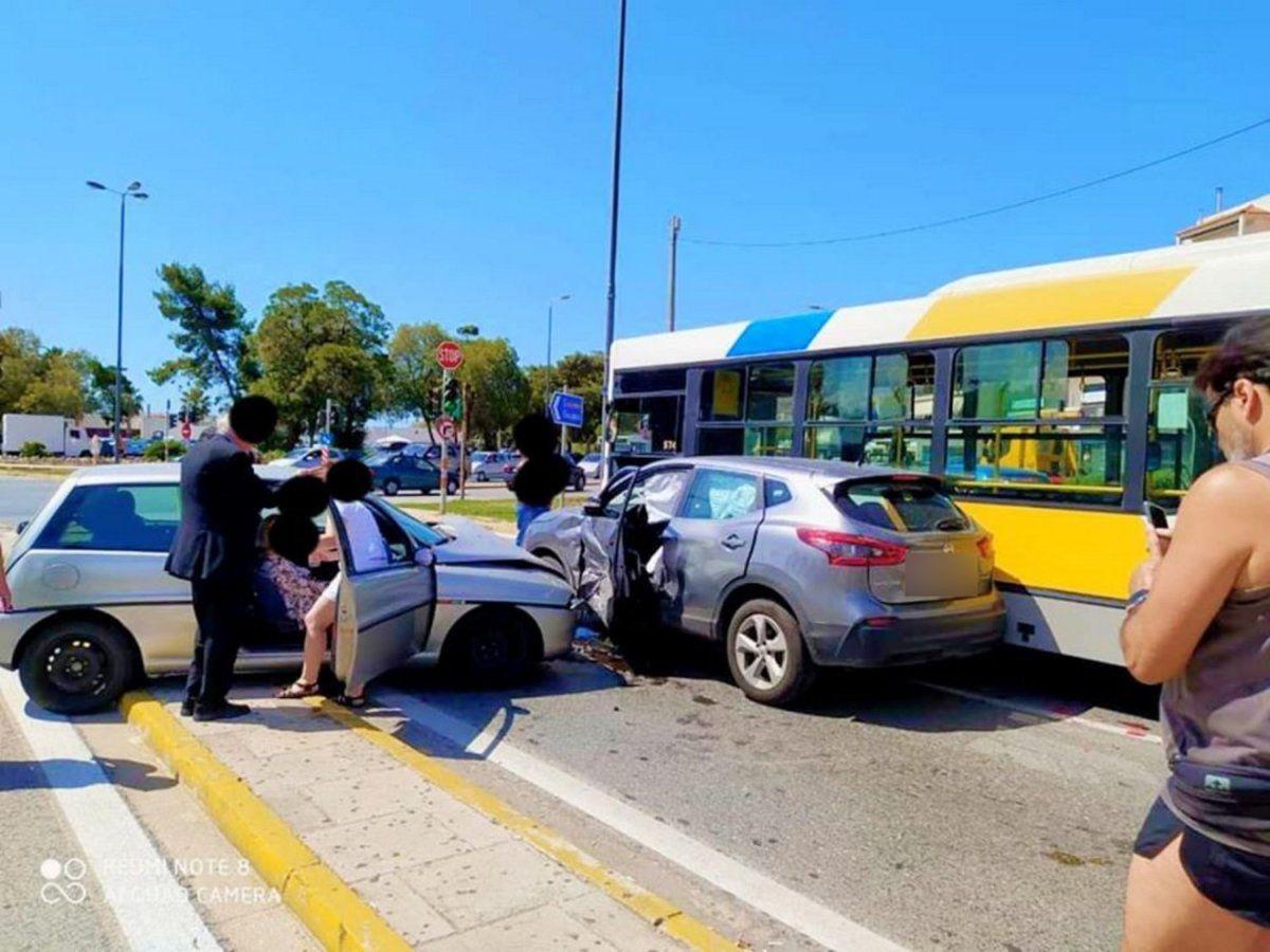 Τροχαίο στη Βάρκιζα με δύο Ι.Χ και ένα λεωφορείο