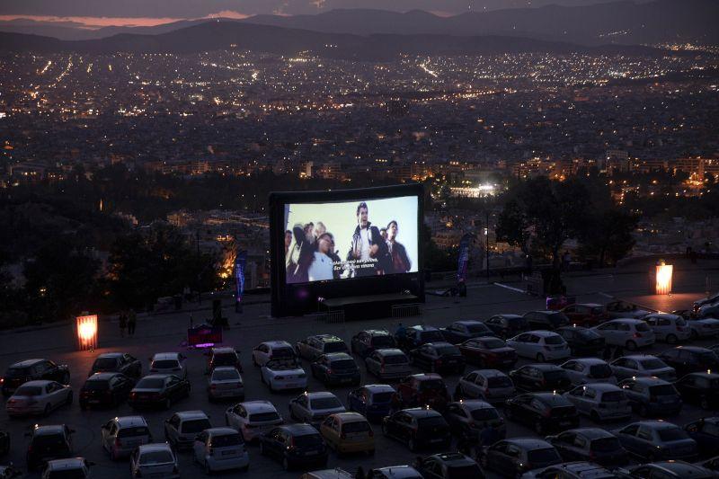 Το drive-in cinema στον Λυκαβηττό έχει την Αθήνα «πιάτο»