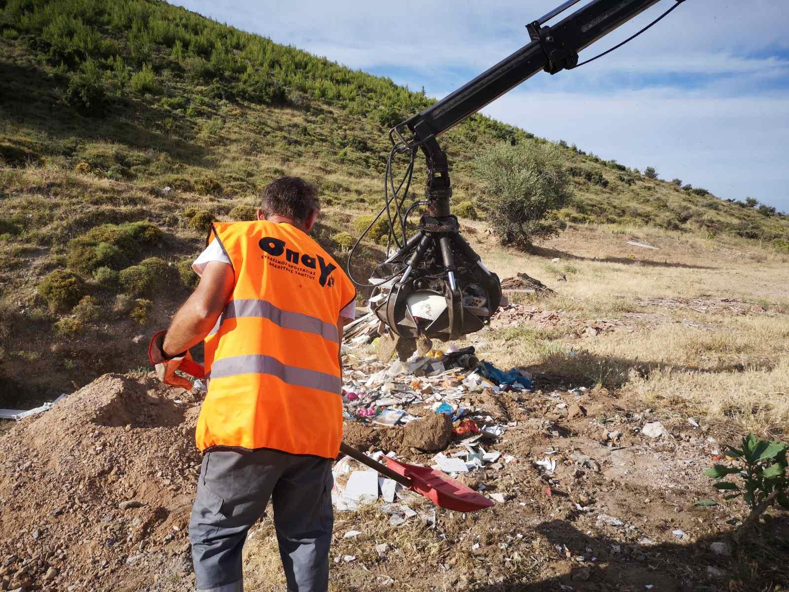 Καθαρίζεται η αναδασωμένη περιοχή του Υμηττού από μπάζα, σκουπίδια και εύφλεκτα αντικείμενα