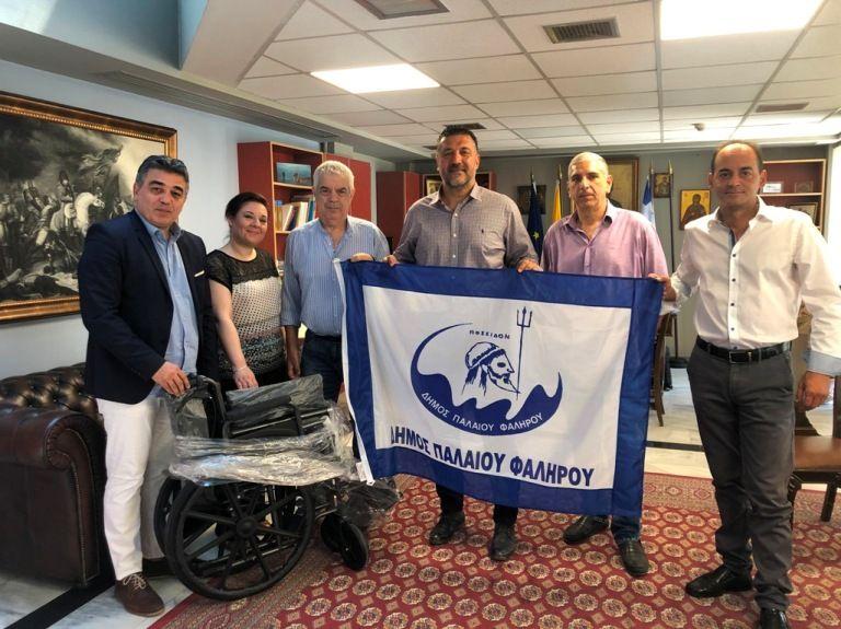 Παλαιό Φάληρο: Αγορά αναπηρικού αμαξιδίου από τη συγκέντρωση και ανακύκλωση καπακιών και πωμάτων