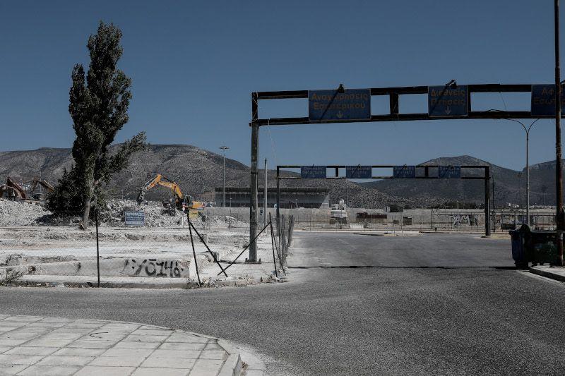 Οι μπουλντόζες κατεδάφισαν τα κτίρια στην είσοδο του παλαιού Δυτικού Αεροδρομίου