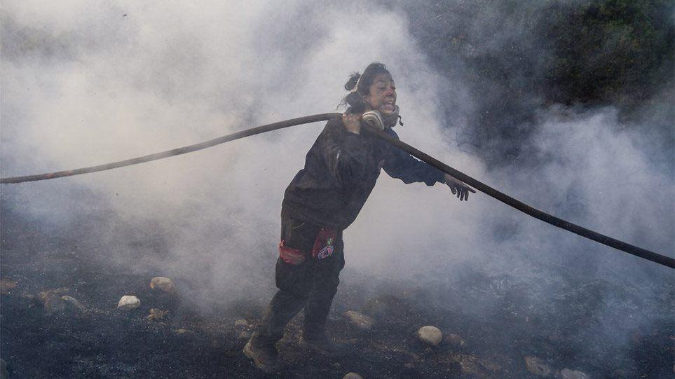 Η πρωταγωνίστρια των συγκλονιστικών φωτογραφιών από τη φωτιά στην Ανάβυσσο