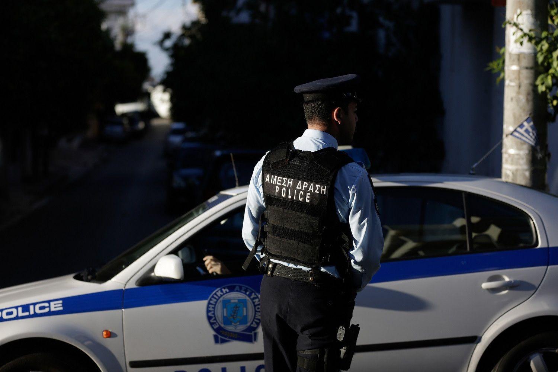 Ελεύθερος με όρους ο αστυνομικός που φέρεται να απέσπασε 40.000 ευρώ από επιχειρηματία