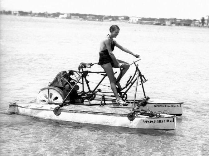 Κολυμβήτρια με υδρομοτοσυκλέττα το 1930 στο Έδεμ του Παλαιού Φαλήρου