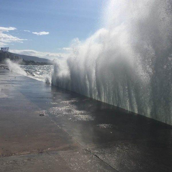 Εντυπωσιακές φωτογραφίες με τα κύματα να μαίνονται λίγο μετά τη χθεσινή κακοκαιρία
