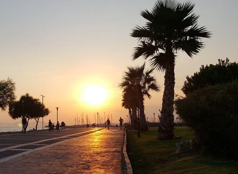 Το ηλιοβασίλεμα από την παραλία Αλίμου