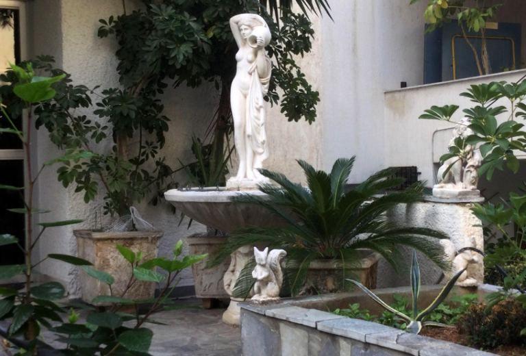 Ο κήπος με σιντριβάνι στο Καλαμάκι