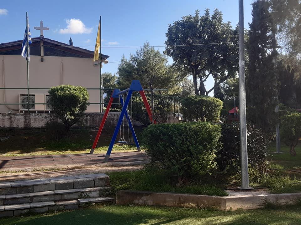 Επισκευές στα παγκάκια και την ξύλινη περίφραξη στην παιδική χαρά που βρίσκεται στο εκκλησάκι Αγ.Νικολάου