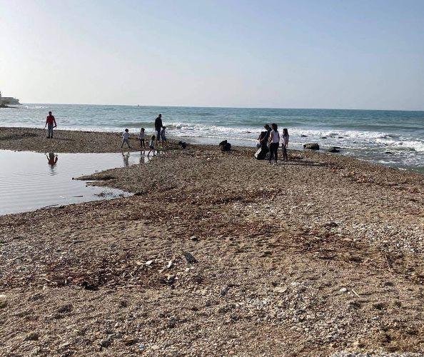 Οικογένειες καθάρισαν σήμερα το λιμανάκι των ψαράδων στον Άλιμο από τα φερτά υλικά