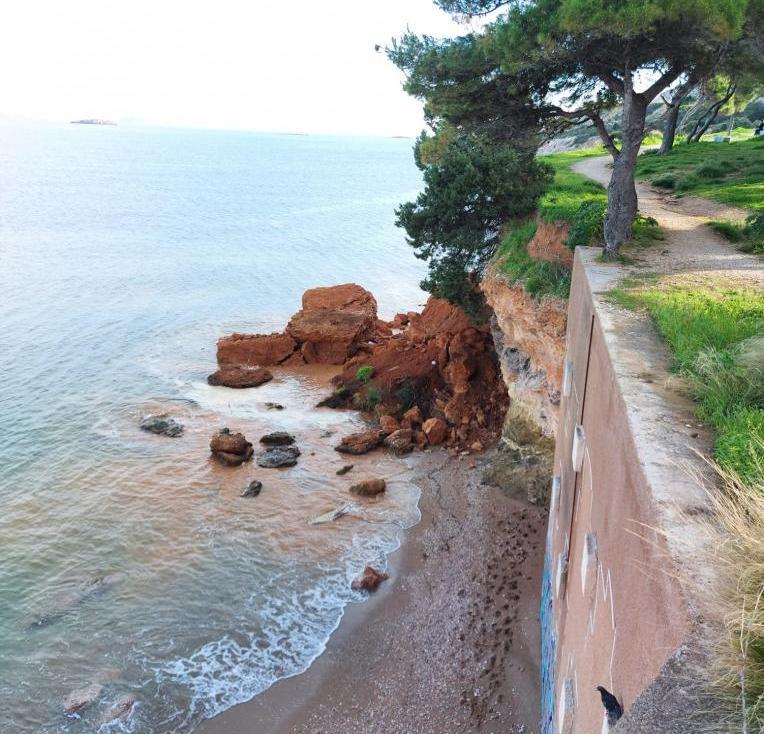 Ένας μεγάλος βράχος έπεσε στη θάλασσα στην περιοχή της Βάρκιζας