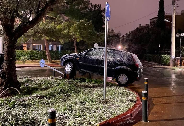 Εξετράπη αυτοκίνητο στη Βούλα λόγω πάγου