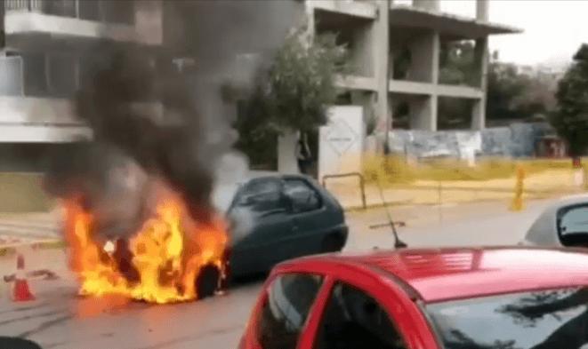 Φωτιά ξέσπασε σε αυτοκίνητο εν κινήσει στο κέντρο της Γλυφάδας
