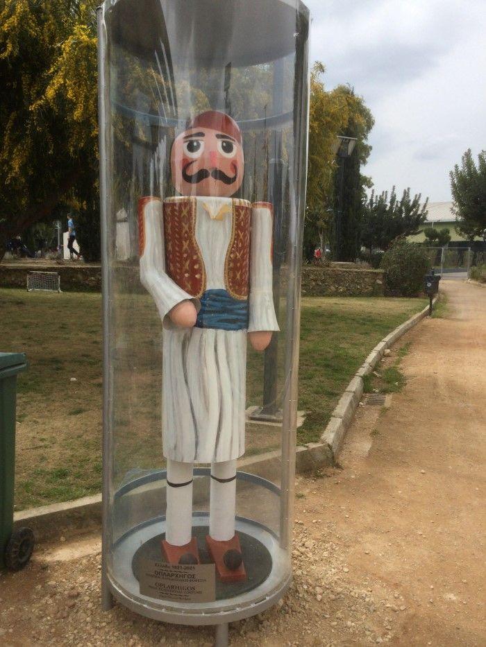 Φιγούρες ηρώων και οπλαρχηγών της επανάστασης στο πάρκο Αγ. Γεωργίου στο Παλαιό Φάληρο
