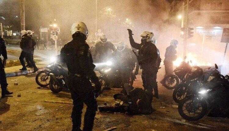 H κατάθεση του 28χρονου αστυνομικού για τα επεισόδια στη Νέα Σμύρνη – «Νόμιζαν πως πέθαναν, γι αυτό σταμάτησαν»