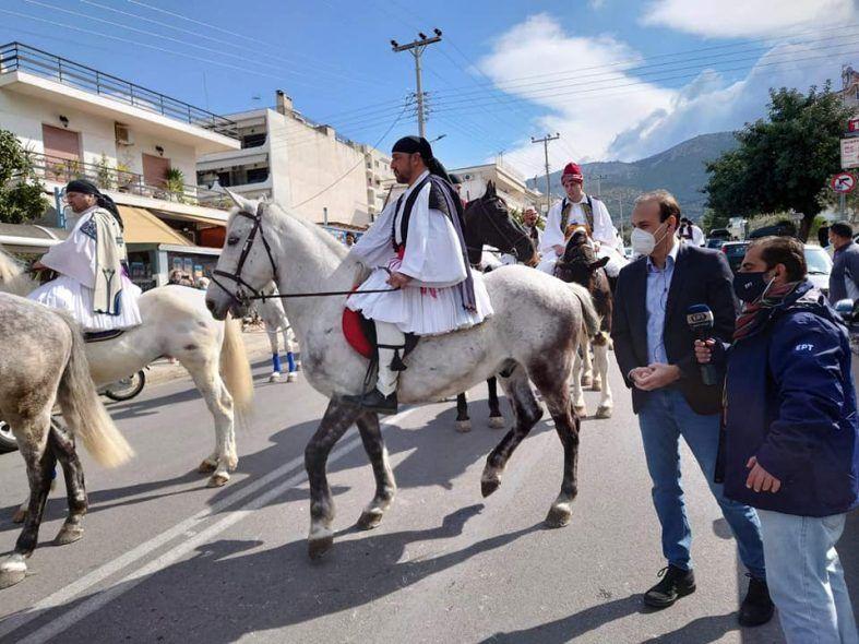Τσολιάδες πάνω σε άλογα κυκλοφορούν στη Γλυφάδα