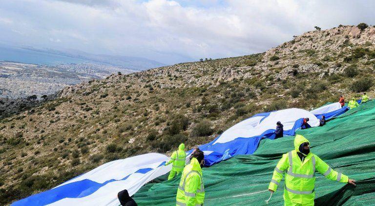 Φθορές στη μεγάλη ελληνική σημαία που βρίσκεται στον Υμηττό – Θα επανατοποθετηθεί σύντομα