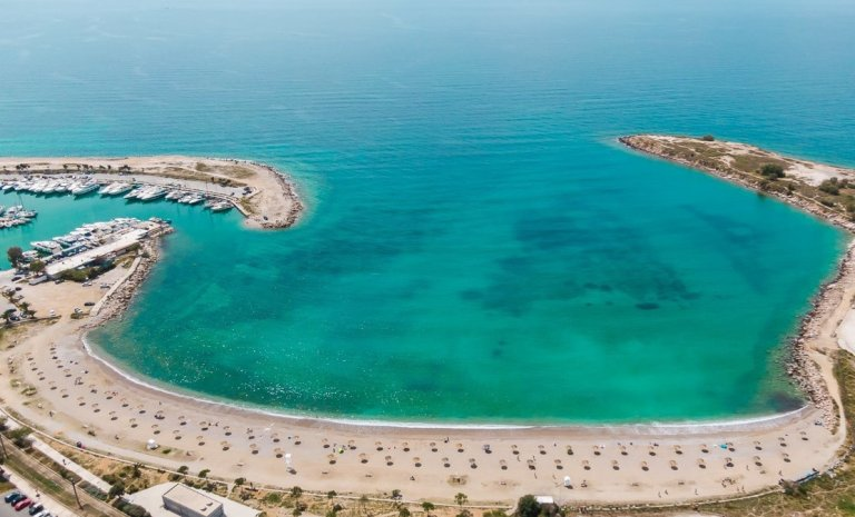 H παραλία της Γλυφάδας ετοιμάστηκε για το καλοκαίρι