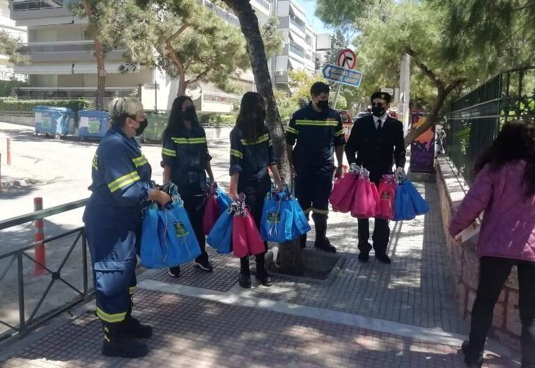Πυροσβέστες έφεραν σήμερα δώρα στα παιδιά της Παιδόπολης Αλίμου