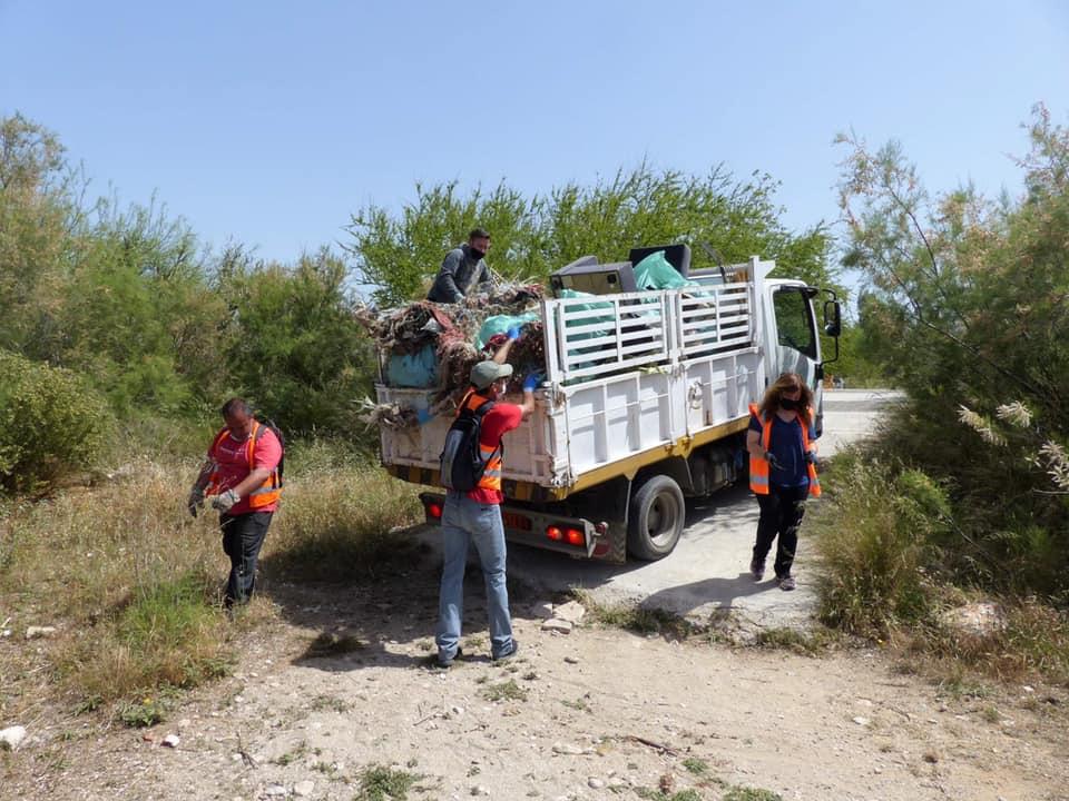 O Δήμος Αλίμου καθάρισε τον χώρο δίπλα από το λιμανάκι των αλιέων