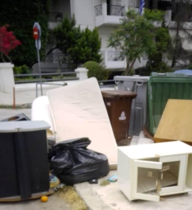 «Μήπως πέρασε τον δρόμο για χωματερή»: Η ανάρτηση του Ανδρέα Κονδύλη για τον πολίτη που άφησε 'όλο το σπίτι του' στον δρόμο