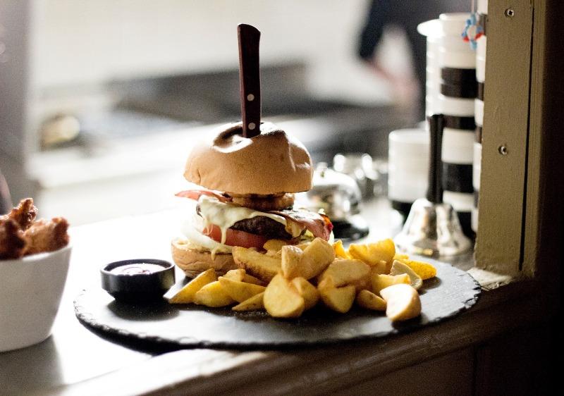 Τα ζουμερά burger της O' Canto είναι μία τέλεια επιλογή για απόψε