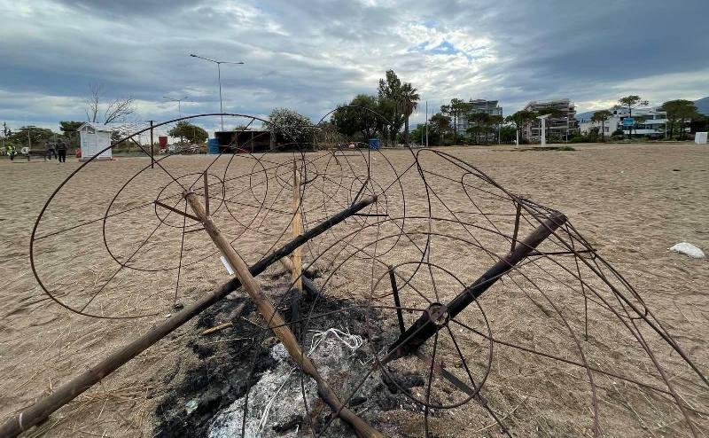Αντικαταστάθηκαν οι ομπρέλες που καταστράφηκαν μετά το πάρτι στην παραλία Γλυφάδας
