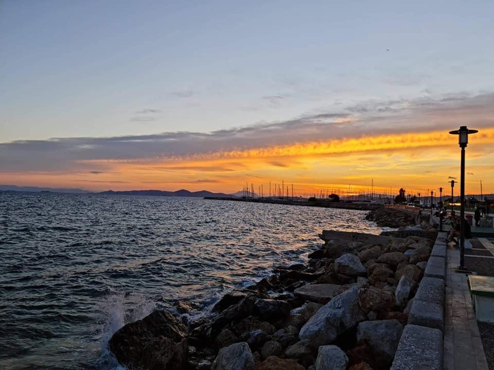 Αυτά τα ηλιοβασιλέματα από τον πεζόδρομο της παραλίας μας