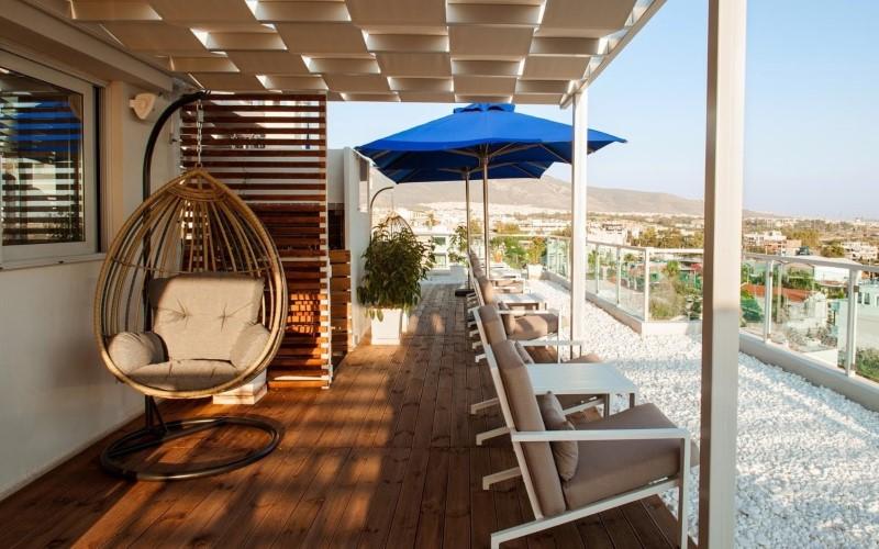 Στο Blue Cafe απολαμβάνουμε το ποτό μας στο πιο υπέροχο roof garden του Αλίμου