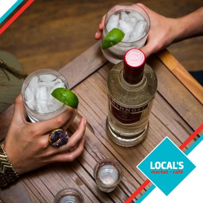 Οι κρύες μπίρες και τα ποτά από την κάβα του Local's είναι η καλύτερη συντροφιά για τα καλοκαιρινά βράδια