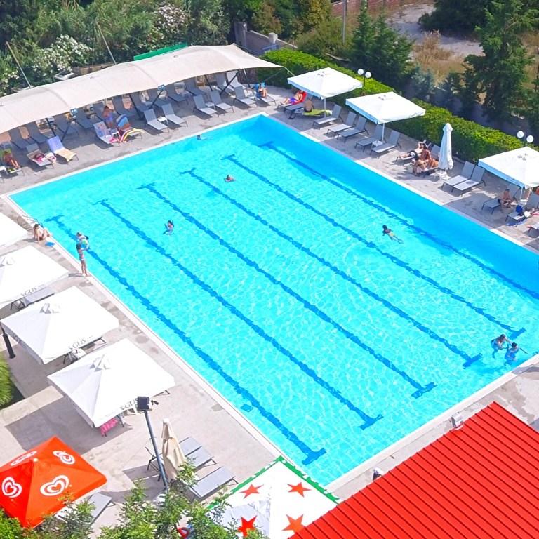 Η πισίνα του Alma Club είναι μία όαση δροσιάς