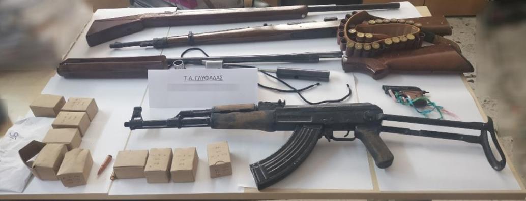 Οπλοστάσιο βρέθηκε σε δύο σπίτια στη Γλυφάδα