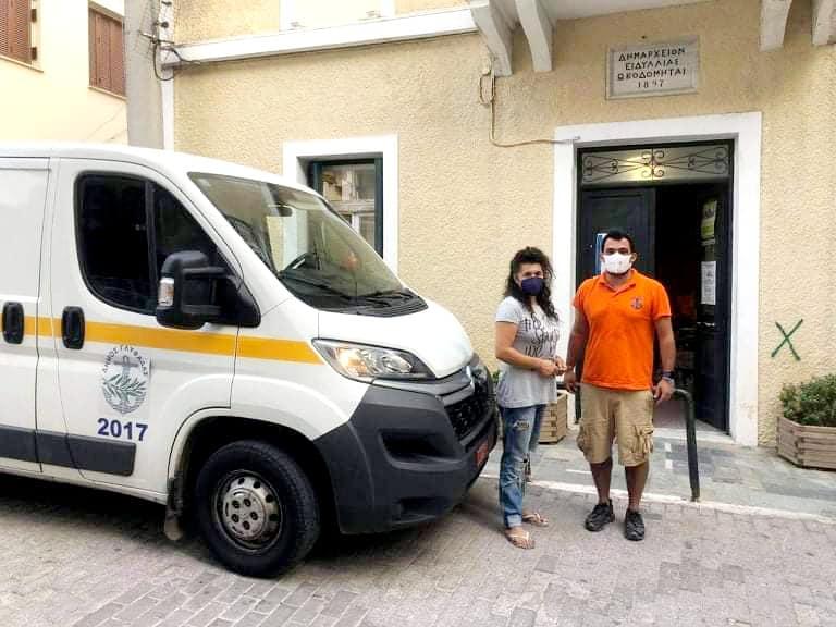 Ο Δήμος Γλυφάδας παρέδωσε είδη πρώτης ανάγκης στους πυρόπληκτους στα Βίλια